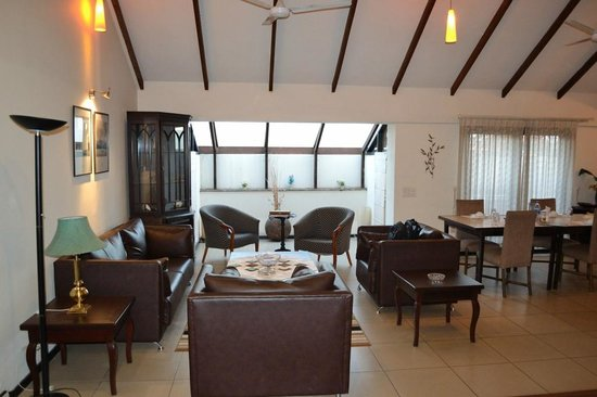 Sterling Suites - Langford Town: Drawing Room