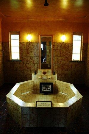 Everglades Historic House and Gardens: interior bathroom