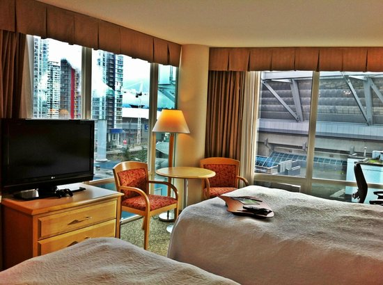 Hampton Inn & Suites Downtown Vancouver: 2 windows on a corner room- love the lighting it offered
