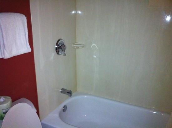 Red Roof Inn Washington DC - Columbia / Fort Meade: non upgraded shower with curtain and tub.