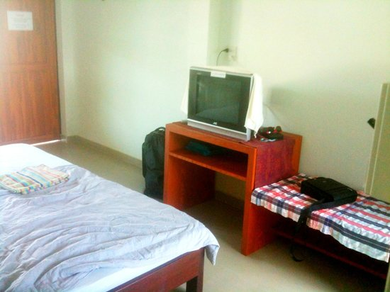 Thai Guest House & Backpacker: Small TV with a few English-language stations