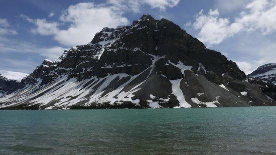 Num-Ti-Jah Lodge: The lake & Mountain next to the lodge