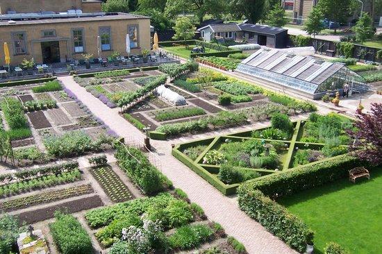 Villa Augustus : Restaurant overlooking formal manicured organic vege garden