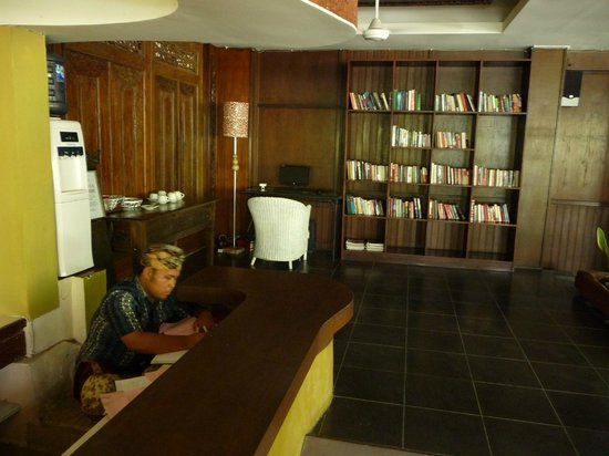 Peneeda View Beach Hotel: library, cofee, lobby.....