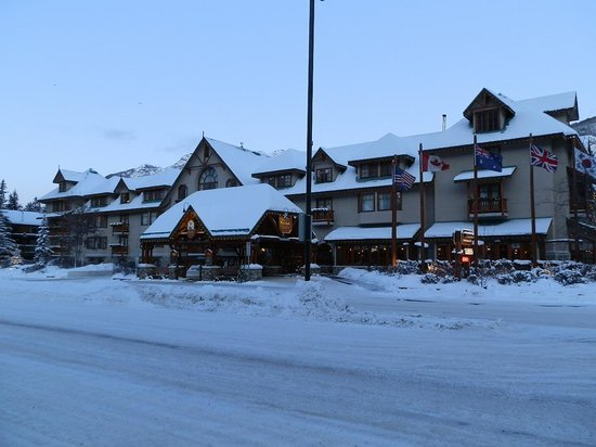 Banff Caribou Lodge & Spa: Snowy Front View