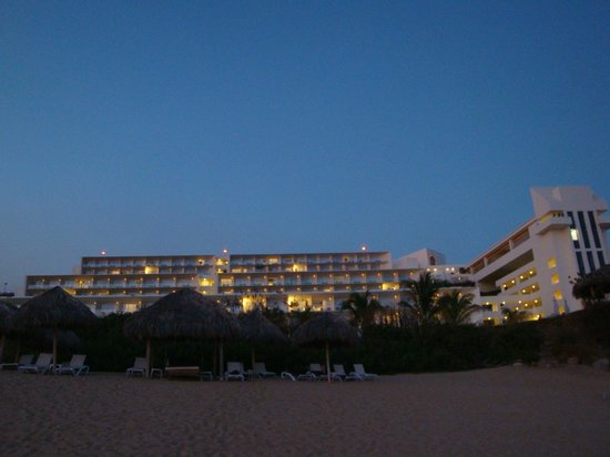 Secrets Huatulco Resort & Spa: El hotel desde la playa