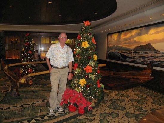 Outrigger Waikiki Beach Resort: Beautiful canoe and Christmas displays