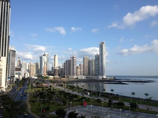 Le Meridien Panama: View from 6th Floor Terrace of le Meridien over Avenida Balboa