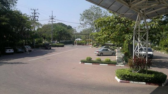 Beach Garden Hotel: View from hotel entrance to street