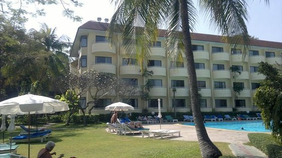 Beach Garden Hotel: View of hotel from poolside