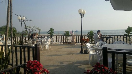 Beach Garden Hotel: Open air area of beach restaurant