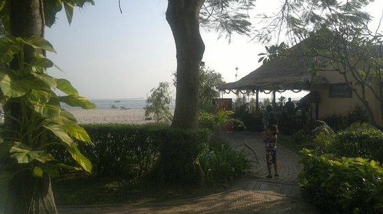 Beach Garden Hotel: View from pool towards beach restaurant