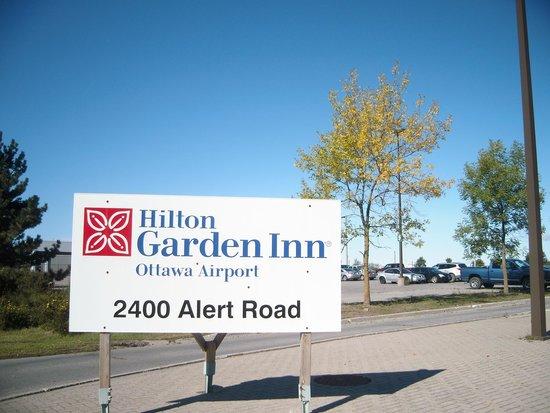 Hilton Garden Inn Ottawa Airport: ここから駐車場へ