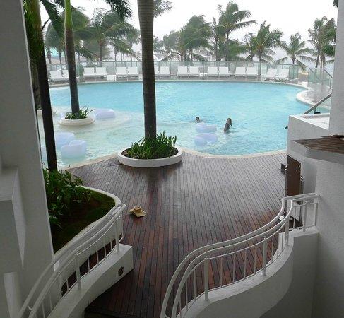 Movenpick Hotel Mactan Island Cebu: Pool area seen from Lobby