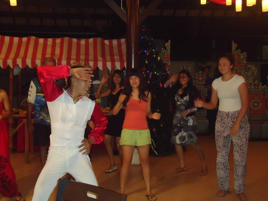 Peninsula Beach Resort Tanjung Benoa: dance in hotel