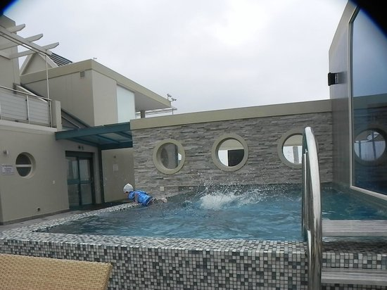 Views Boutique Hotel & Spa: Smallish pool....
