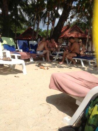 Samui First House Resort: типичные русские турики, бухающие на пляже
