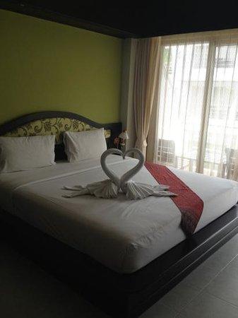 Samui First House Resort: делюкс со старенькой ванной и окнами в соседний номер