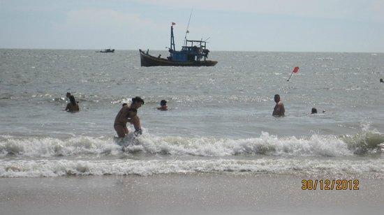 Sea Links Beach Hotel: Quaint Vietnamese fishing boats keep watch in the beach area. 