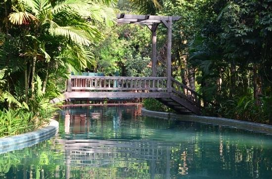 Angkor Village Resort: la piscine estbtrés originale dans un somptueux décor à la Indiana Jones !