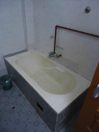 M.G.M. Hotel: M.G.M. Yangon Room 903 - Bath Tub - LoyaltyLobby