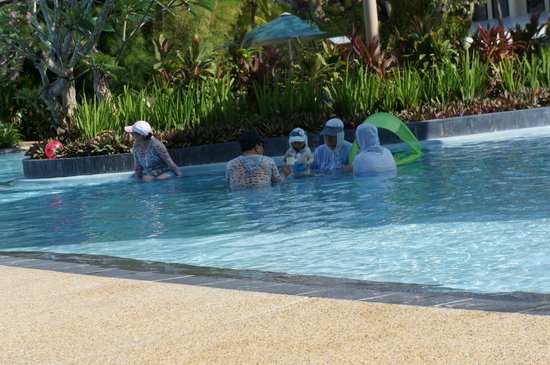 Shangri-La's Tanjung Aru Resort & Spa: kid pool with guests