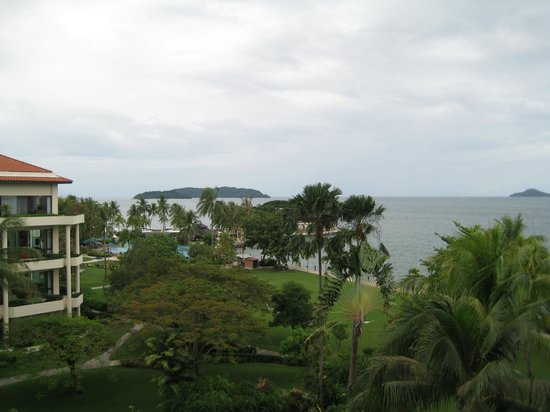 Shangri-La's Tanjung Aru Resort & Spa: grass lawn of hotel