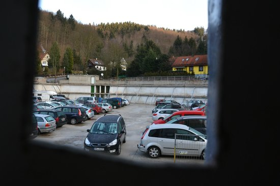 Familotel Panoramic: Hotelparkplatz - der Rest des Parkhauses