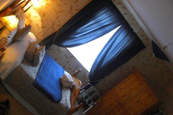 Donnybrook Hall Hotel: bed in room 4