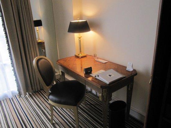 Hotel Gran Mahakam Jakarta: Desk