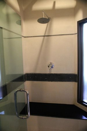 Railay Village Resort: Shower room - Jacuzzi Villa