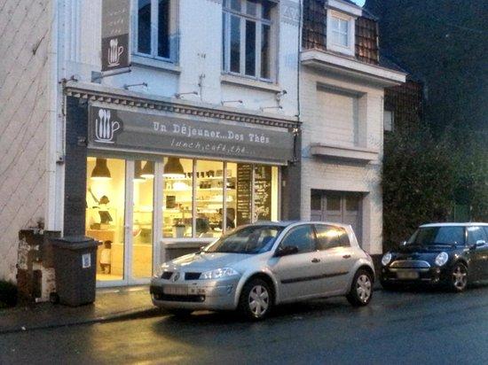 Un Dejeuner Des Thes : Devant le restaurant