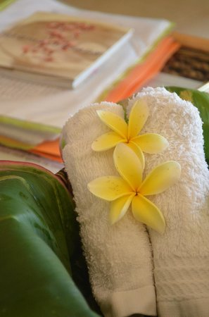 Lotus Day Spa & Cafe: Lavender scented refresher towels