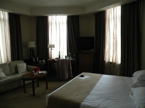 Park Plaza Victoria Amsterdam: Corner room with window facing in 3 directions.