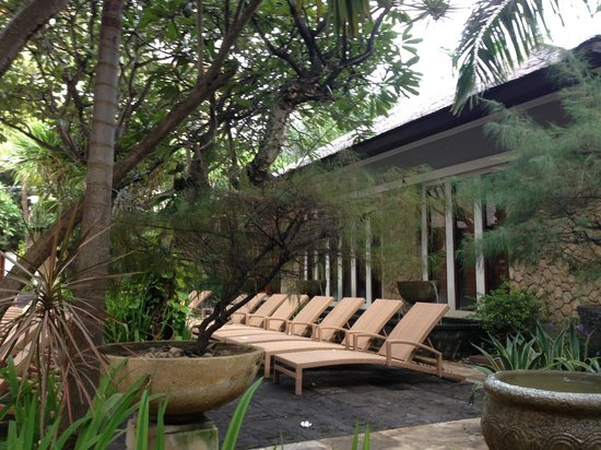 Ramayana Resort & Spa: Lots of chaise lounges.