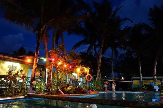 Scotty's Mission Beach YHA: Pool and surroundings at night