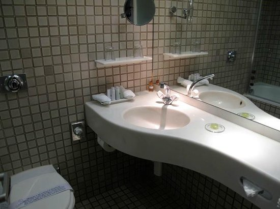 Central Plaza Hotel: Bathroom