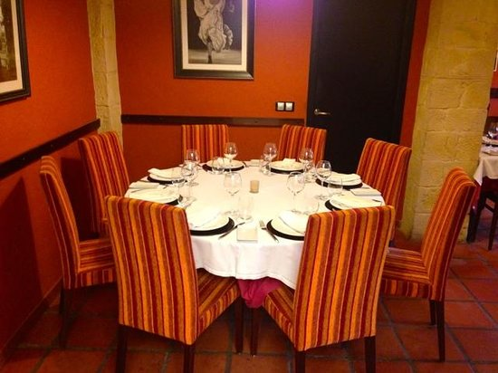 Restaurante Yerbaguena: view on round table