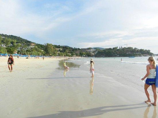Kata Beach: カタビーチ 午後の様子