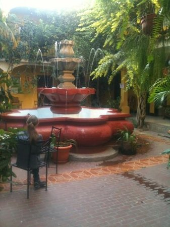 Hotel Posada San Vicente: patio with fountain