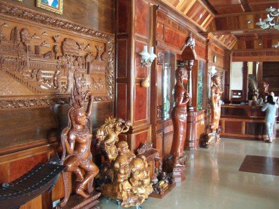 Banan Hotel: de hal met zwaar-houten meubelen