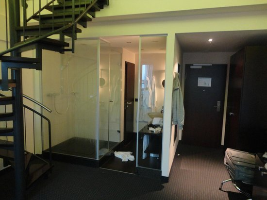 Fleming's Hotel München City: Bathroom and staircase