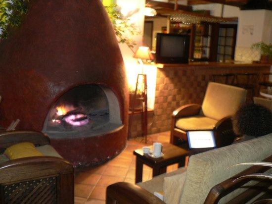 Hotel Acoma: Grande salle avec cheminée au rez de chaussée