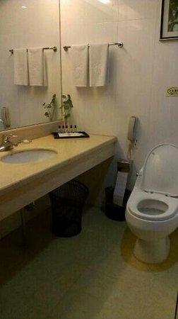 King Dynasty Hotel: bathroom