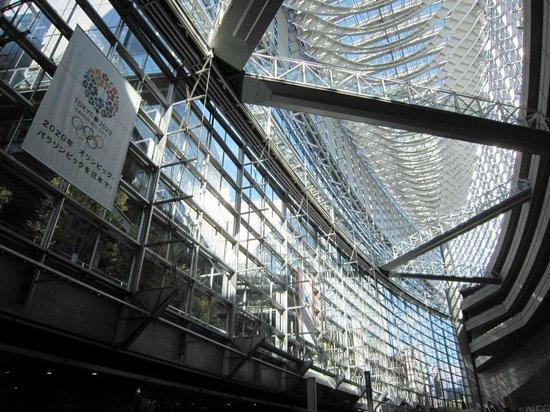 Tokyo International Forum : 巨大船を見上げる
