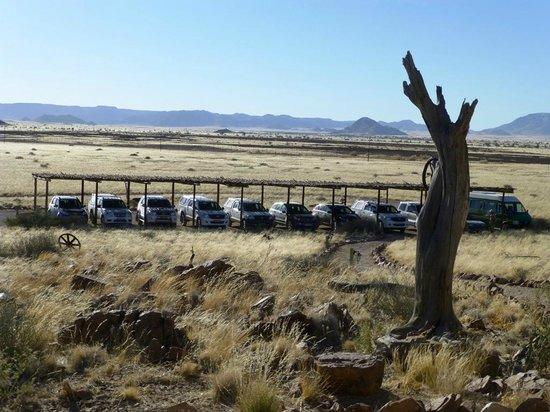 Desert Homestead Lodge: Abstellplätze für die Autos: https://www.tripadvisor.co.uk/LocationPhotoDirectLink-g479221-d658927-i63308561-Desert_Homestead_Lodge-Namib_Naukluft_Park_Khomas_Region.html