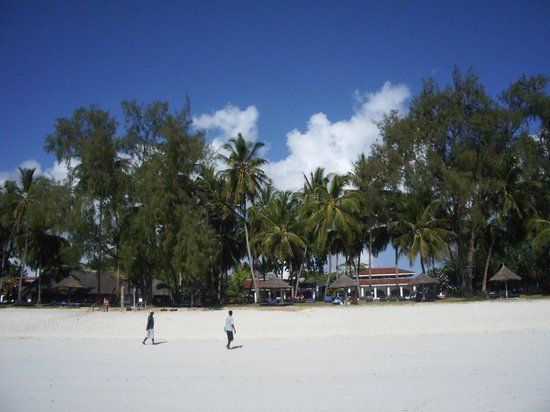 Diani Sea Lodge: Vista del villaggio dalla spaiggia