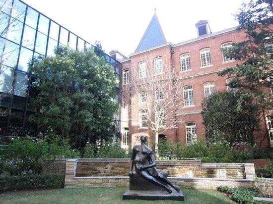 Marunouchi Brick Square: 中庭