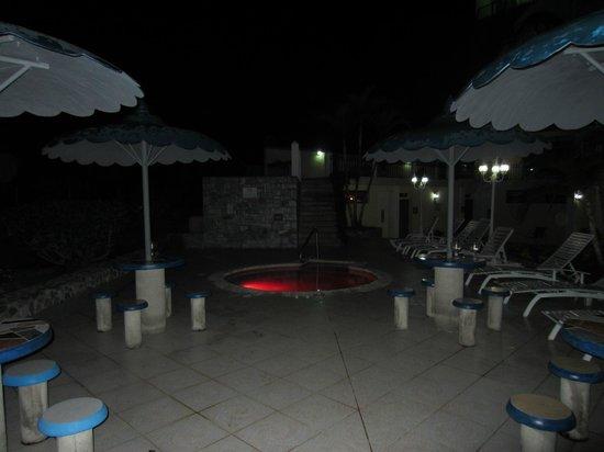 Hotel La Riviera de Atitlan: hot tub at night