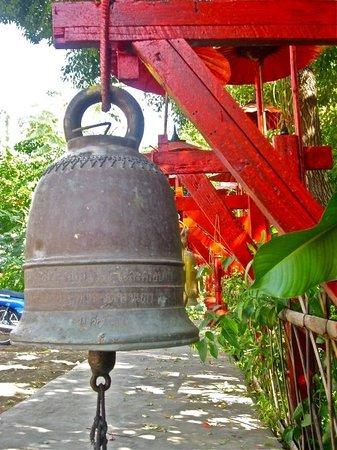Wat Pan Tao: Ding Dong...brings Luck...